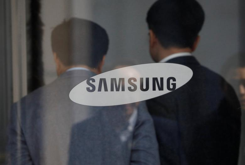 Employees walks in the building of Samsung Electronics in Seoul, South Korea, February 28, 2017. REUTERS/Kim Hong-Ji
