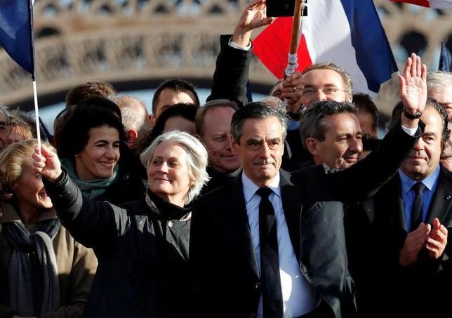 3月5日、フランス大統領選の中道・右派の統一候補、フィヨン元首相(写真中央)は5日、パリ中心部で政治集会を開き、支持者に対して勝利を目指す姿勢を強調した。(2017年 ロイター/Philippe Wojazer)