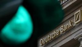 Логотип Deutsche Bank во Франкфурте-на-Майне. Акции Deutsche Bank снизились более чем на 6 процентов в понедельник после того, как крупнейший немецкий кредитор объявил об увеличении капитала на 8 миллиардов евро ($8,48 миллиарда).   REUTERS/Kai Pfaffenbach