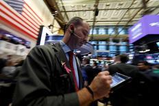 Un operador trabajando en la bolsa de Wall Street en Nueva York, mar 6, 2017. Las acciones cerraron el lunes con caídas en la bolsa de Nueva York, en un descenso generalizado del mercado por el creciente nerviosismo ante un nuevo incidente en torno al gobierno del presidente Donald Trump junto a tensiones geopolíticas provenientes de Corea del Norte.  REUTERS/Brendan McDermid
