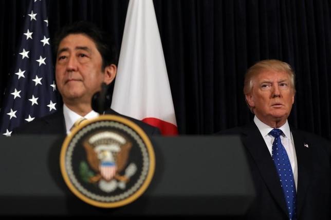 3月7日、安倍晋三首相は、トランプ米大統領と電話会談し、弾道ミサイルを発射した北朝鮮の脅威が新たな段階に入ったとの認識で一致した。写真は2月米フロリダ州での会合後の合同記者会見で撮影(2017年 ロイター/Carlos Barria)