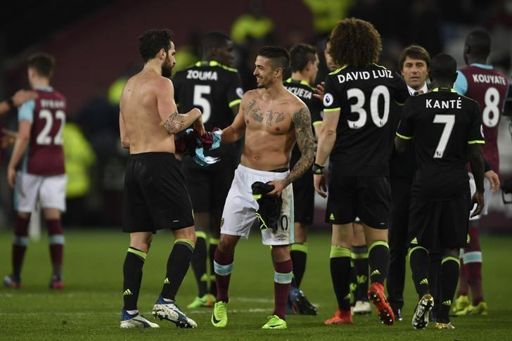 Britain Football Soccer - West Ham United v Chelsea - Premier League - London Stadium - 6/3/17 Chelsea's Cesc Fabregas swaps shirts with West Ham United's Manuel Lanzini after the game Action Images via Reuters / Tony O'Brien Livepic