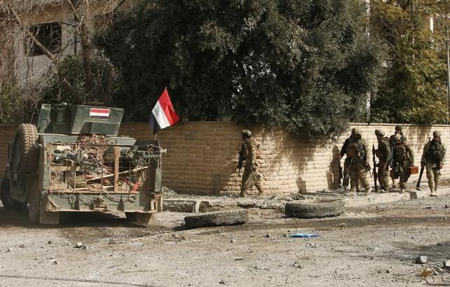 3月7日、イラク軍は、第2の都市モスルにある本庁舎から過激派組織「イスラム国」(IS)を排除したと明らかにした。モスルはISにとり、支配していた主要都市のうちの最後の牙城だった。写真はISと戦闘中のイラク軍。モスル西部で2月撮影(2017年 ロイター/Azad Lashkaril)