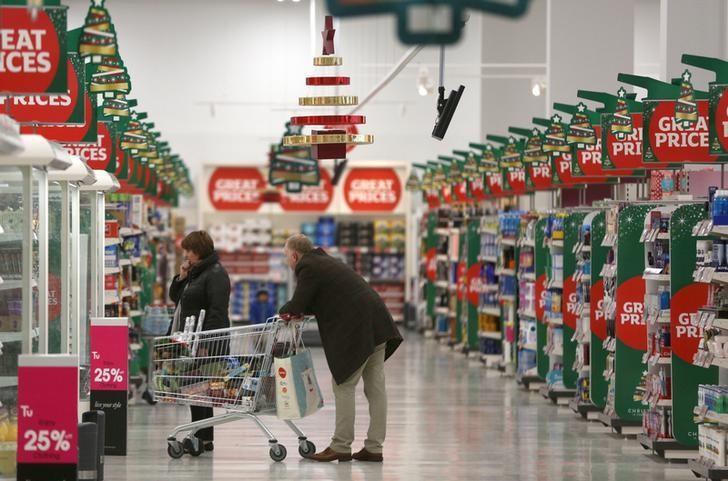 2015年12月,英国伦敦一家Sainsbury's超市内的顾客。REUTERS/Neil Hall