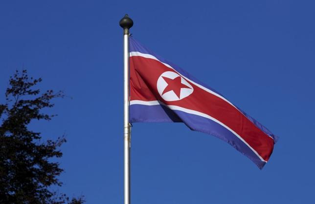 3月8日、ベルギーに本部を置く銀行間決済ネットワーク運営の国際銀行間通信協会(SWIFT)は、国連制裁の対象となっている北朝鮮の銀行に対し、銀行間の決済に必要な通信サービスの提供を停止したと発表した。写真はスイス・ジュネーブの北朝鮮政府代表部に掲げられている北朝鮮国旗。2014年10月撮影(2017年 ロイター/Denis Balibouse)