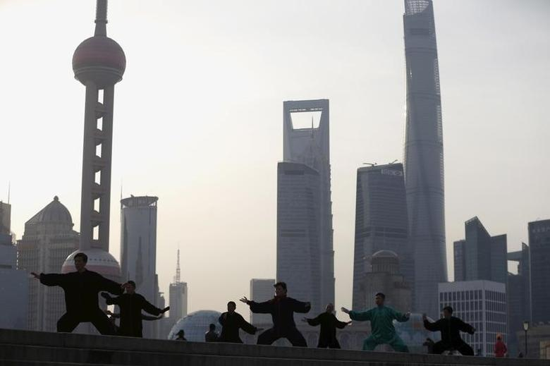 2016年3月,上海外滩,锻炼者在练习太极拳。REUTERS/Aly Song
