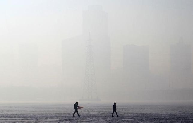 3月9日、中国の陳吉寧・環境保護相は、大気汚染対策について法律施行が不十分であり、一部地域では監視が適切に行われていないとの見解を示した。写真はスモッグに覆われる遼寧省瀋陽市で2014年12月撮影(2017年 ロイター)