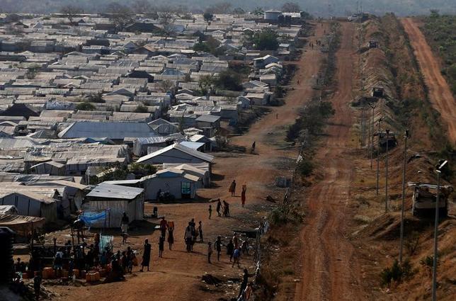3月10日、菅義偉官房長官は、南スーダンに派遣した陸上自衛隊の部隊が5月末に活動を終了することについて、当地での治安悪化が理由ではないと語った。首都ジュバで、国連PKOの施設に集まる国内避難民ら、1月撮影(2017年 ロイター/Siegfried Modola)