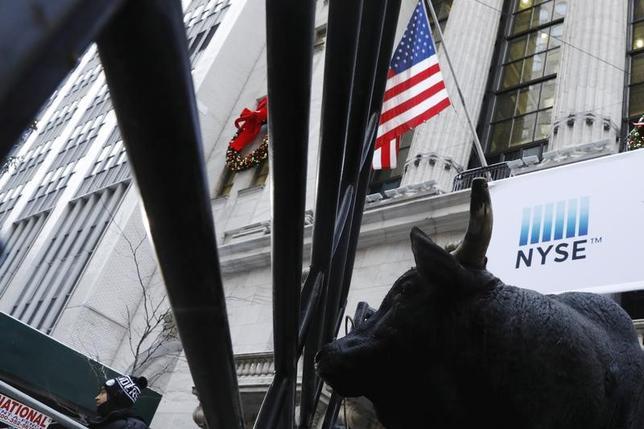3月9日、米国株が強気相場に入って9日でちょうど8年と、過去2番目の長さに達した。NY証券取引所前で1月撮影(2017年 ロイター/Lucas Jackson)
