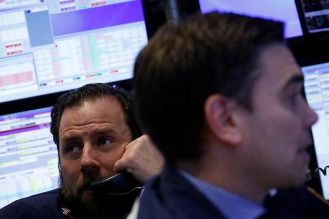 3月10日、市場関係者によると、今週の米株式市場では、大統領選以降、値上がりが続いている銀行株の値動きに注目が集まるとみられる。写真はNY証券取引所のトレーダー(2017年 ロイター/Brendan McDermid)