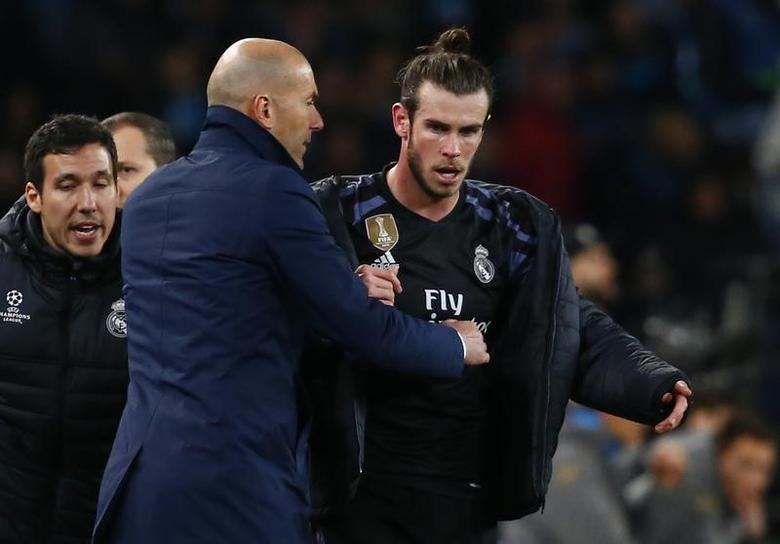 Football Soccer - Napoli v Real Madrid - UEFA Champions League Round of 16 Second Leg - Stadio San Paolo, Naples, Italy - 7/3/17 Real Madrid coach Zinedine Zidane with Real Madrid's Gareth Bale Reuters / Tony Gentile Livepic