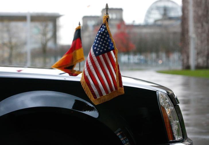图为2016年11月资料图片,显示美国时任总统奥巴马访问德国时,车上的德国和美国国旗。REUTERS/Fabrizio Bensch
