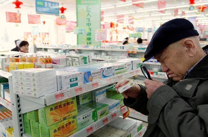 2011年3月,中国丹东,一名老年人在药店用放大镜查看药品说明。REUTERS/Jacky Chen
