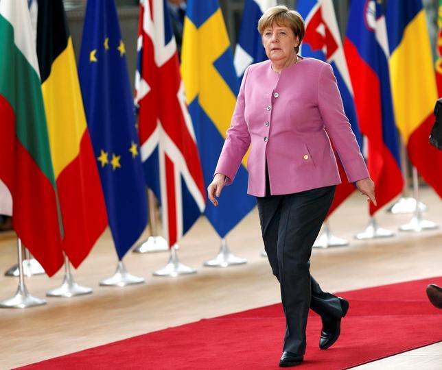 3月12日、ドイツのメルケル首相は14日、ワシントンでトランプ米大統領と初めて会談する。スタイルも主張も大きく違う2人のリーダーの会談は世界の注目を集めている。写真は9日、ベルギー・ブリュッセルのEUサミットに到着したメルケル首相(2017年 ロイター/Francois Lenoir)