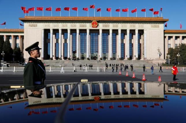 3月13日、中国全国人民代表大会(全人代)が審議している民法総則草案に、中国共産党の「英雄と殉難者」をおとしめる行為を罰する条文が盛り込まれたことが明らかになった。写真は北京で12日撮影(2017年 ロイター/Damir Sagolj)