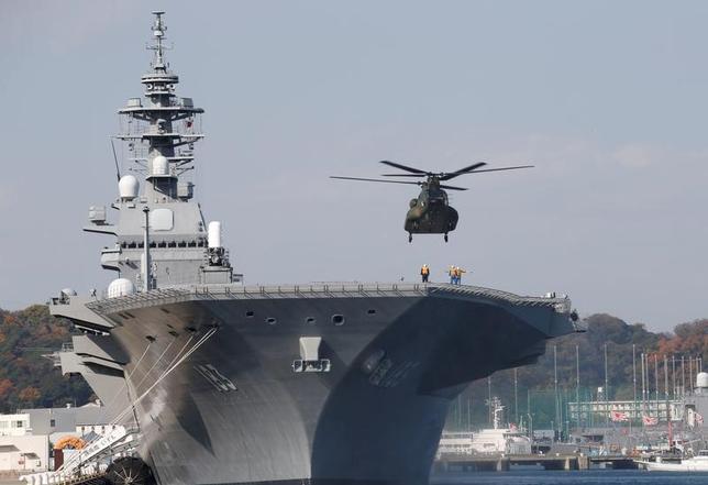3月13日、海上自衛隊が5月から約3カ月間、最新鋭の護衛艦「いずも」(写真)を南シナ海とインド洋に派遣することがわかった。写真は横須賀で2016年12月撮影(2017年 ロイター/Kim Kyung-Hoon)