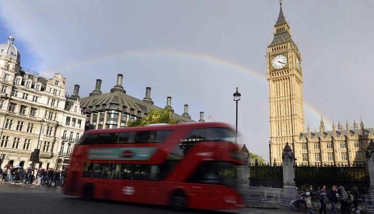 2016年10月,伦敦,英国议会大厦伊丽莎白塔背后天空的彩虹。REUTERS/Hannah McKay