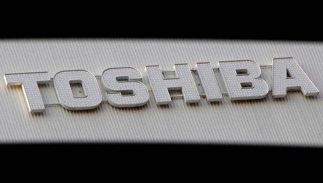 3月14日、東芝は、2016年度第3四半期の決算発表を再度延期すると発表した。関東財務局に再延期を申請した。再延期が認められれば、決算提出期限は4月11日となる。写真の同社ロゴは都内家電販売店で1月撮影(2017年 ロイター/Toru Hanai)