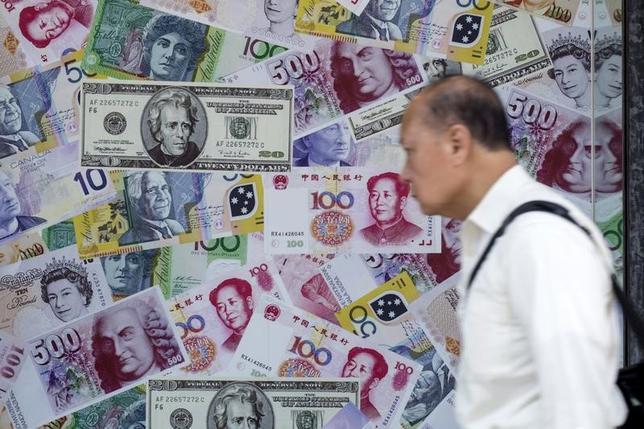 3月10日、G20が債務危機回避の一環として取り組んでいるGDP連動債市場の創設構想が行き詰まっている。香港の両替所前で2015年8月撮影(2017年 ロイター/Tyrone Siu)