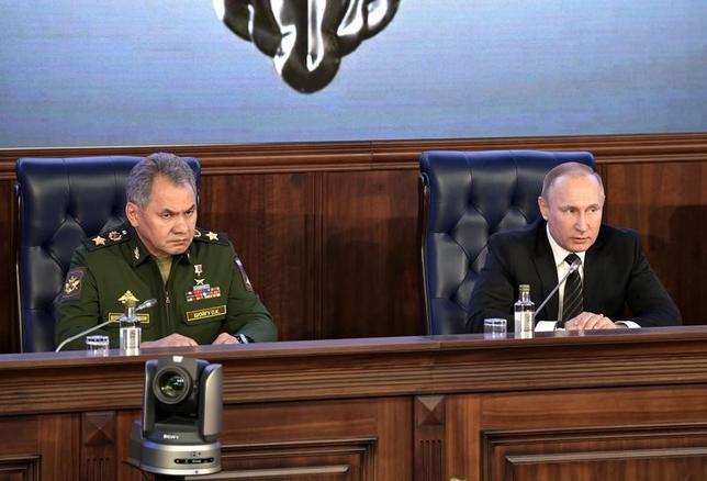 3月13日、複数の関係筋によると、ロシアは、エジプト西部のリビアとの国境付近に特殊部隊を配備したもようだ。写真はプーチン露大統領(右)とセルゲイ・ショイグ露国防省長官(左)。昨年12月モスクワで行われた国防省閣僚ミーティングで撮影されたもの。スプートニク提供写真(2017年 ロイター)