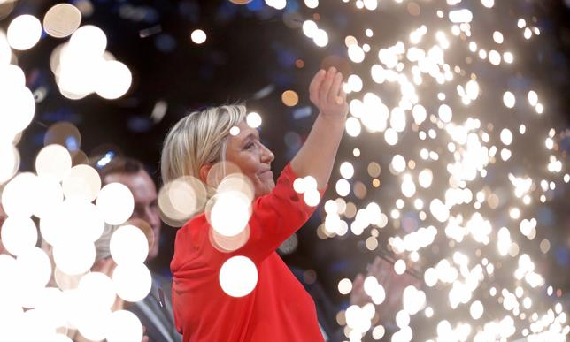 3月13日、来るフランス大統領選で同国のユーロ離脱を唱える極右政党、国民戦線のルペン党首(写真)が勝利してインフレが起こる事態に備え、投資家は同国の物価連動債を買うなどのヘッジ取引を行っている。仏シャトールーで11日撮影(2017年 ロイター/Christian Hartmann)