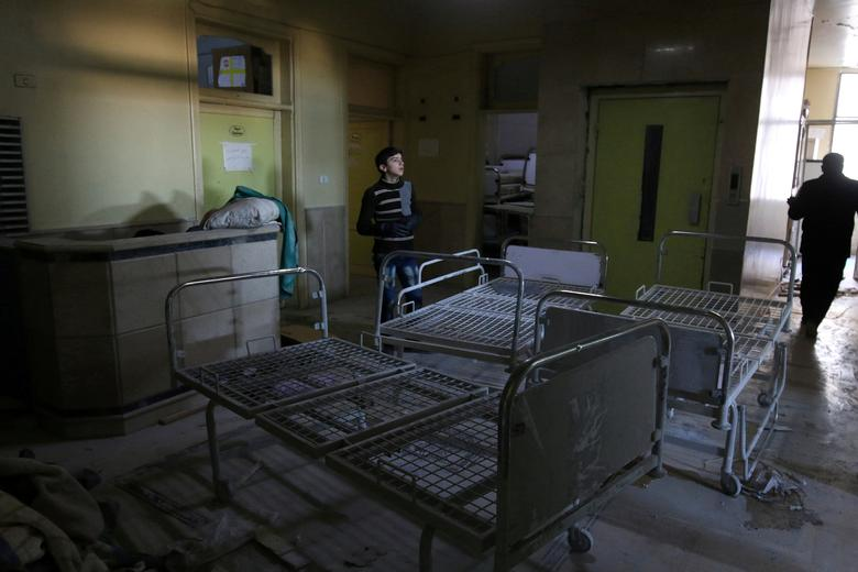 FILE PHOTO: People inspect damage in Omar Bin Abdulaziz hospital, in the rebel-held besieged area of Aleppo, Syria November 19, 2016.  REUTERS/Abdalrhman Ismail/File Photo