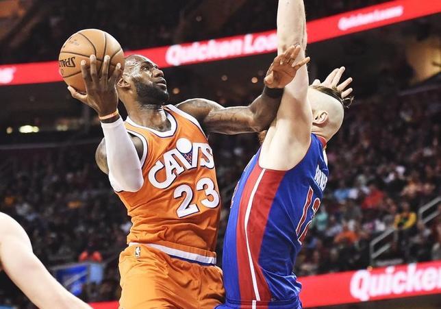 3月14日、米プロバスケットボール協会(NBA)は各地で試合を行い、キャバリアーズがレブロン・ジェームズ(左23番)によるトリプルダブルの活躍などでピストンズを128─96で破った(2017年 ロイター/Ken Blaze-USA TODAYSports)