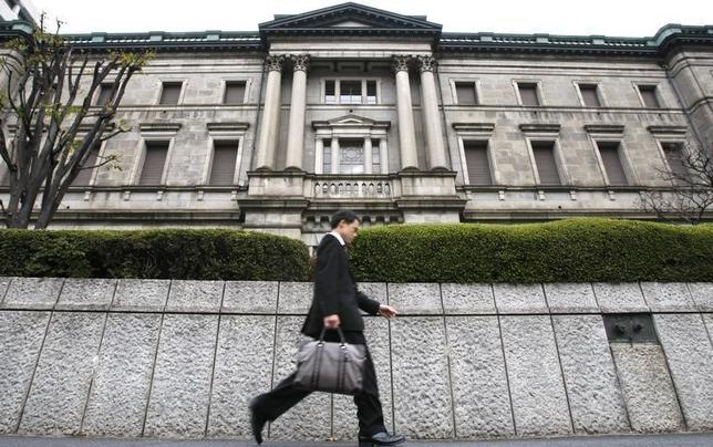 3月16日、日銀による長期金利を誘導対象とした「長短金利操作(イールドカーブ・コントロール、YCC)」政策の導入から半年、市場の関心は当初の緩和長期化から誘導水準の引き上げへとガラリと変化した。写真は日銀本店。2009年11月撮影(2017年 ロイター/Toru Hanai)