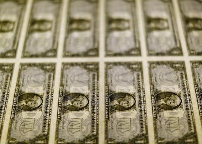 3月16日、終盤のニューヨーク外為市場では、ドルが主要通貨に対して弱含んだ。写真はドル紙幣、2014年11月撮影(2017年 ロイター/Gary Cameron)