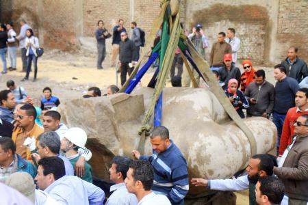 カイロで古代ファラオの巨像発見
