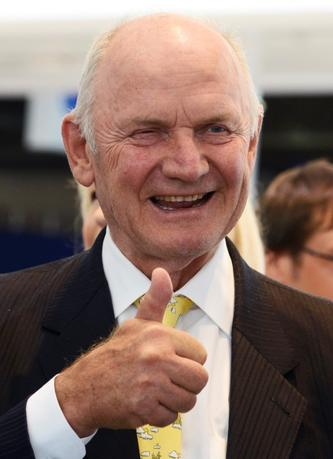 FILE PHOTO: Ferdinand Piech, chairman of the supervisory board of  German carmaker Volkswagen, gives a thumbs-up during his visit to the IAA truck show in Hanover, Germany September 18,  2012. REUTERS/Fabian Bimmer/Files