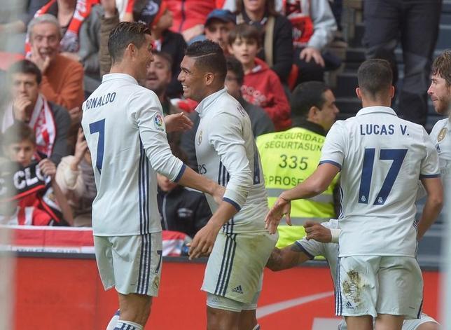 3月18日、サッカーのスペイン1部、首位レアル・マドリードは敵地でビルバオに2─1で勝利した。カゼミロ(中央)が勝ち越しゴールを決めた(2017年 ロイター/Vincent West)