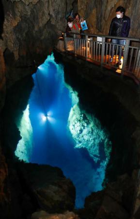 竜泉洞の青さ「きれい」、岩手