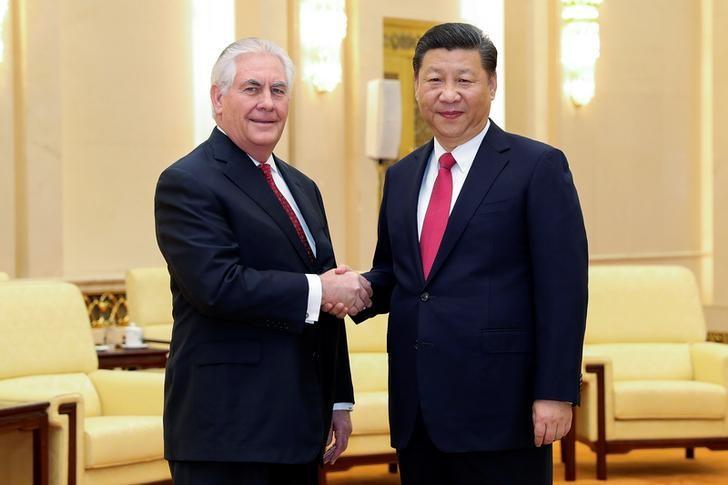 3月19日,中国国家主席习近平在人民大会堂与来访的美国国务卿蒂勒森握手。REUTERS/Lintao Zhang