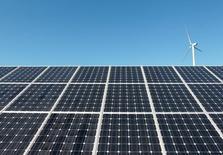 ألواح شمسية وتوربين لتوليد الطاقة من الرياح في محطة للطاقة الشمسية في كوريا الجنوبية. صورة من أرشيف رويترز.
