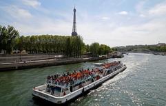 سياح في رحلة على قارب في نهر السين بيوم مشمس في باريس يوم 8 مايو أيار 2016. تصوير: جاكي نايجلن - رويترز.