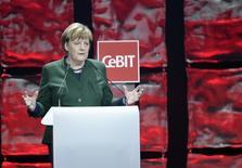 المستشارة الألمانية أنجيلا ميركل تتحدث خلال افتتاح معرض للتكنولوجيا في هانوفر يوم الاحد. تصوير: فابيان بيمر - رويترز.