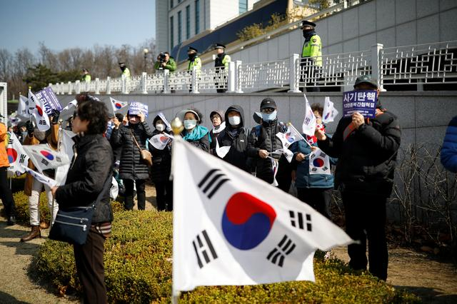Supporters of South Korea's ousted leader Park Geun-hye attend a rally as policemen stand guard around a prosecutor's office in Seoul, South Korea, March 21, 2017.  REUTERS/Kim Hong-Ji