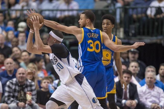 3月21日、米プロバスケットボール協会(NBA)は各地で試合を行い、ウォリアーズはマーベリックスに112─87で勝利した。ステフェン・カリー(30番)は17得点を記録した(2017年 ロイター/Jerome Miron-USA TODAY Sports)