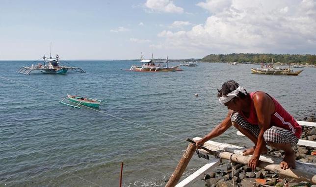 3月22日、中国外務省は、同国が南シナ海のスカボロー礁(中国名・黄岩島)に環境測定所を建設しようとしているとの報道を否定した。写真はスカボロー礁で漁をする漁船。2015年4月撮影(2017年 ロイター/Erik De Castro)