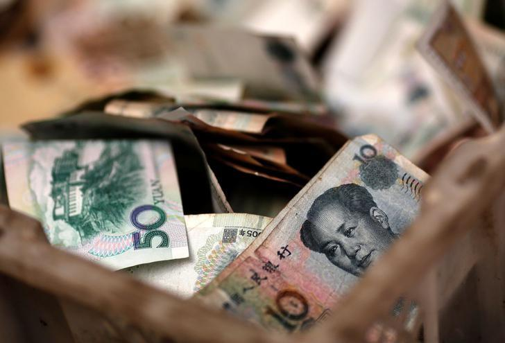 FILE PHOTO -  Chinese banknotes are seen at a vendor's cash box at a market in Beijing February 14, 2014.     REUTERS/Kim Kyung-Hoon/File Photo