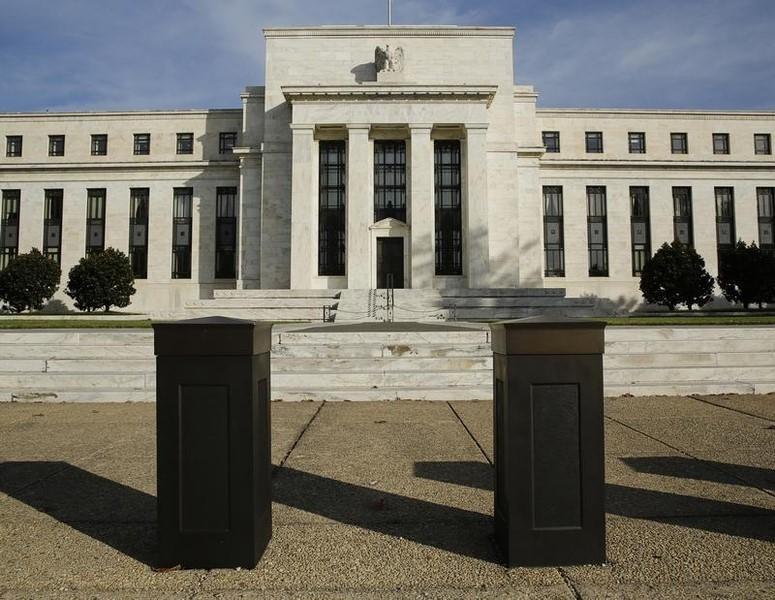 资料图片:2014年10月,美联储总部大楼前的安全桩。REUTERS/Gary Cameron