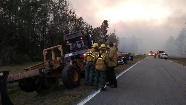 3月23日、米フロリダ州北東部で22日、男がペーパーバッグの書籍を燃やしたところ火災に発展し、400エーカーにわたり拡大、15戸が被害を受け住民らが非難を余儀なくされる事態となった。フロリダ州では、家庭ごみの焼却は違法行為。提供写真(2017年 ロイター/Courtesy Florida Forest Service)
