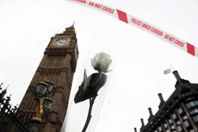 3月23日、英ロンドン襲撃事件が22日に発生する数時間前、欧州警察機関(ユーロポール)長官は、大勢の過激思想を抱く人物が英国と欧州に常に脅威を与えていると警告していた。写真は事件の翌日、現場にたむけられた白い花(2017年 ロイター/Stefan Wermuth)