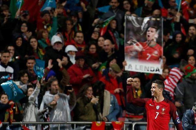 3月25日、サッカーの2018年W杯ロシア大会欧州予選、B組のポルトガルはホームでハンガリーに3─0で快勝した。クリスティアノ・ロナルドが2得点(2017年 ロイター/Rafael Marchante)