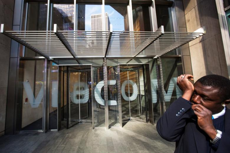 A security guard speaks into a microphone in his sleeve as he stands outside the Viacom Inc. headquarters in New York April 30, 2013. REUTERS/Lucas Jackson/File Photo