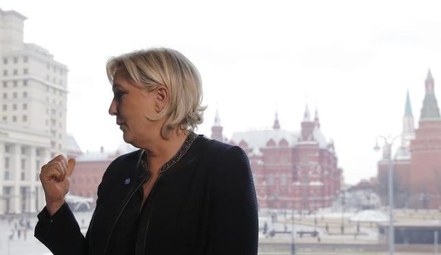 3月26日、フランスの極右政党、国民戦線(FN)のルペン党首は、北部リールで遊説し、欧州連合(EU)は崩壊すると述べ、自身がフランスをグローバル化の動きから守るとした。写真は24日、ロシア・モスクワで撮影(2017年 ロイター/Maxim Shemetov)