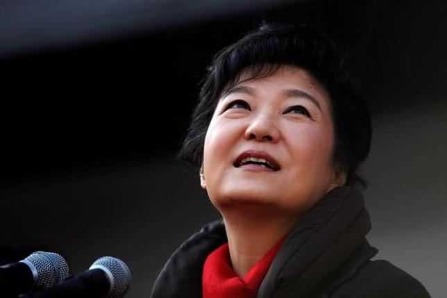 South Korea's presidential candidate Park Geun-hye of the ruling Saenuri Party attends her election campaign rally in Suwon, about 46 km (29 miles) south of Seoul December 17, 2012.     REUTERS/Kim Hong-Ji/Files