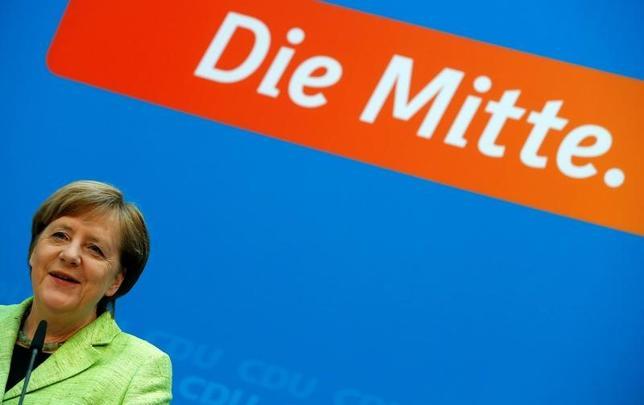 3月27日、9月のドイツ連邦議会選に関する最新の世論調査によると、メルケル独首相率いる保守系与党連合と、政権の座を狙う中道左派、社会民主党の支持率が32%で並んだ。ベルリンでの記者会見で撮影(2017年 ロイター/Fabrizio Bensch)