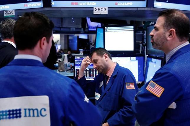 3月27日、米国株式市場ではダウ工業株30種平均が8営業日続落。S&P総合500種は一時の安値水準からは持ち直して小幅安で取引を終えた。ニューヨーク証券取引所で撮影(2017年 ロイター/Lucas Jackson)